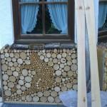 Holzski und Telemarker Holzhaufenoptik